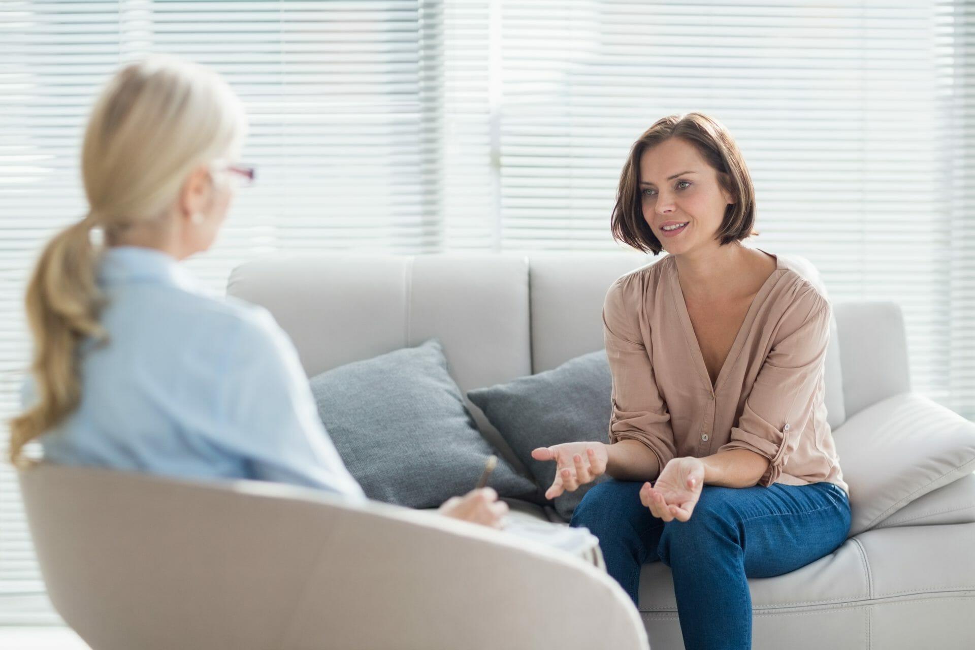 Femme qui parle au psychothérapeute