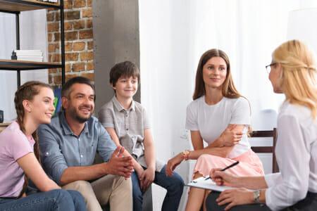 psychothérapeute avec une famille image claire